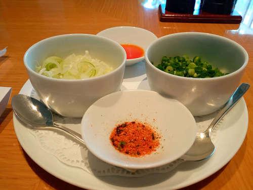 オールデイダイニング  ORIGAMI排骨拉麺(パーコーメン)の薬味202107.jpg